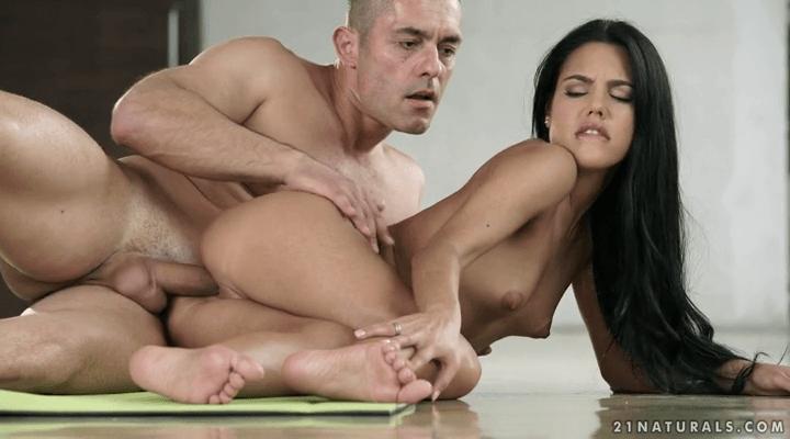 21FootArt – Apolonia Lapiedra  – Barefoot Yoga
